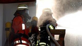 Cuatro coches calcinados en el incendio de un taller en Lugo