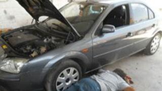 Dos mecánicos mueren junto al coche que reparaban