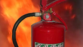 Un cortocircuito incendia un taller de carrocería en Ourense