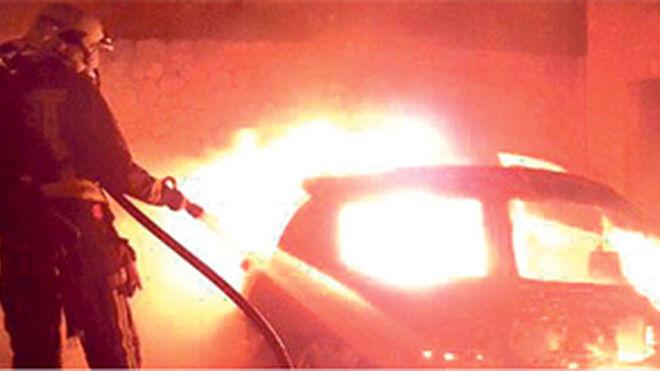 Calcinados seis coches en el incendio en un taller de Pontecesures (Pontevedra)