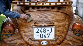 Un bosnio forra su Volkswagen Escarabajo con madera