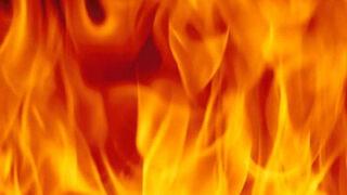 El dueño de un taller mantiene a raya un incendio en su negocio
