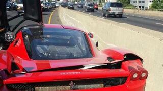 Un mecánico estrella el Ferrari Enzo de un cliente