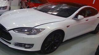 La emprende a martillazos con su Tesla S en el concesionario