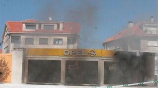 Un incendio en el taller de un concesionario calcina tres coches