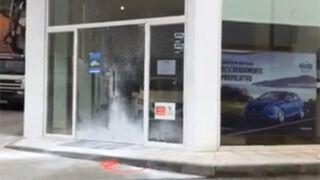 Un concesionario de Ourense, atacado con petardos y pintura