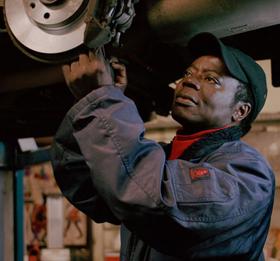 Céphas Bansah, rey ghanés que trabaja en un taller