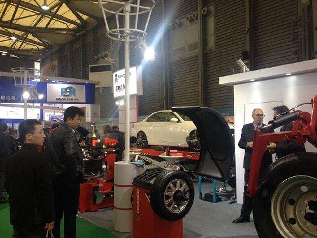 Demostraciones de nuevos equipos en el área de neumáticos.