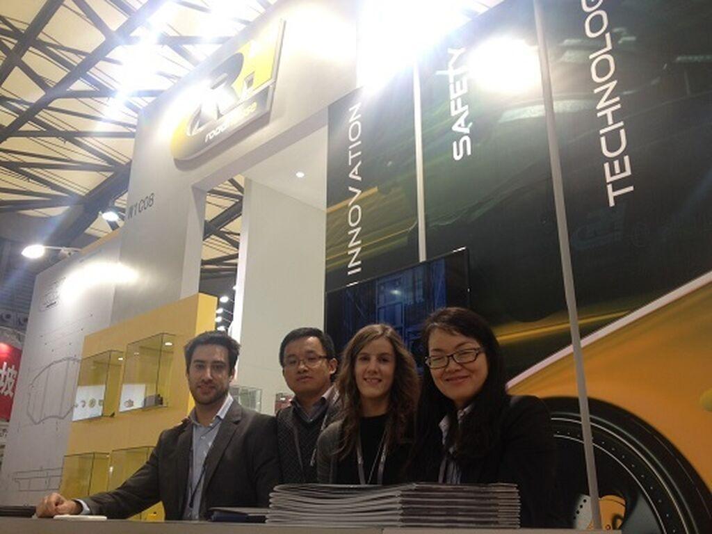 Pedro Azparren (izqda.), con parte del equipo de Eurofren Systems (Remsa-Road House) en China.