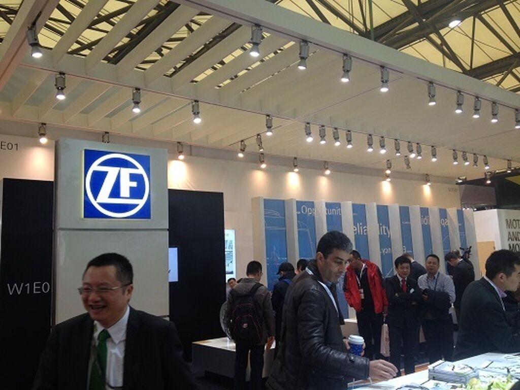 Muy concurrido el stand de ZF en Shanghai.