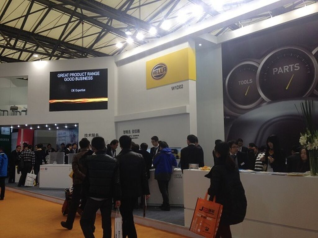 Las marcas de automóviles también están en Shanghai. El stand de BMW.