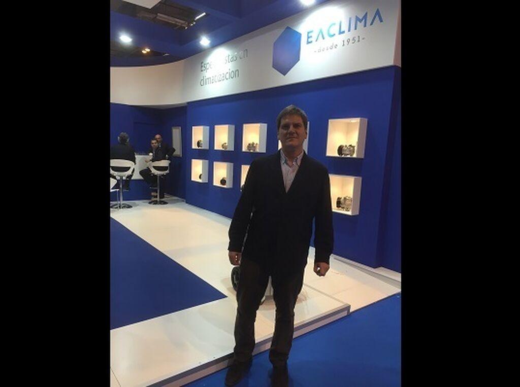 Luis Navarro, director general de Electro Auto-EAClima en su stand.