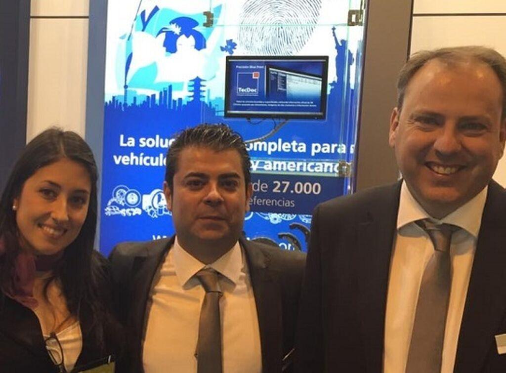 Mar Calderón, directora de InfoTallerTv, con el equipo de Bilstein Group.