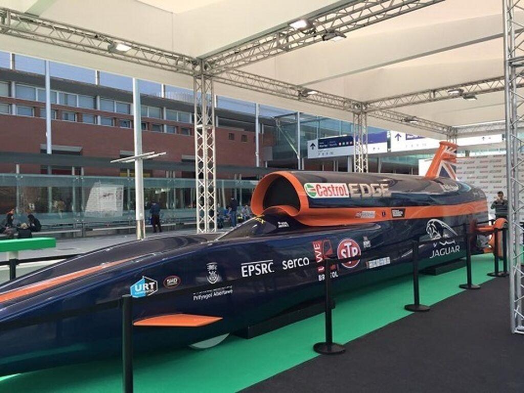 Réplica a tamaño real del Bloodhound SSC, el coche supersónico que intentará batir el récord mundial de velocidad.