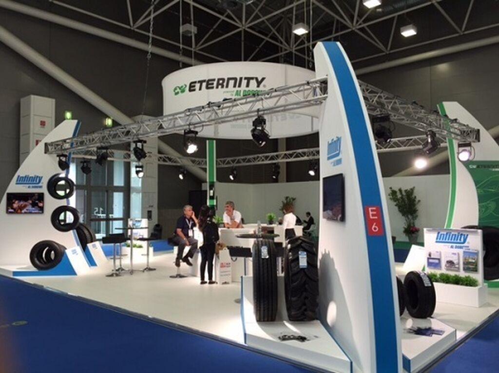 Infinity presentó su gama de neumáticos en un stand, con Riccardo Costa y Mitchell Peeters (ex Goodyear) al frente.