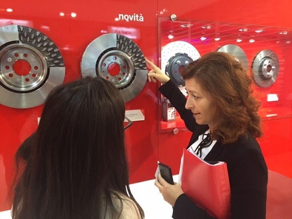 Monica Michelini, Media Relations de Brembo, nos muestra los nuevos discos de freno Brembo con mayor ventilación.