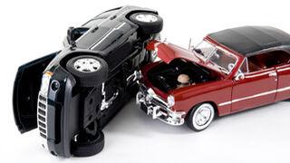 Un accidente de tráfico daña cinco coches de un taller