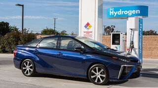 Toyota planea dejar de fabricar vehículos solo de gasolina