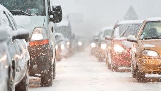 Hella ofrece a los conductores diez claves para viajar seguro en invierno