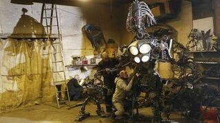 Un mecánico crea un robot con piezas de coches