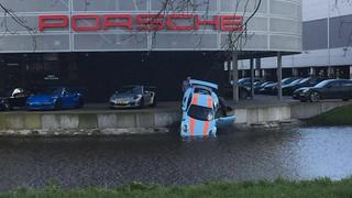 Un mecánico acaba con un Porsche de 270.000 € en un canal de Ámsterdam