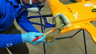 Cómo reparar plásticos compuestos con resina de poliéster y fibra de vidrio