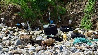 Aparecen una veintena de neumáticos en una playa de A Coruña