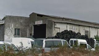 Cinco jóvenes asaltan un taller en Pontevedra