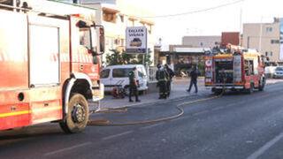 El incendio de un coche de sustitución provoca daños en un taller de Ibiza