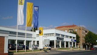 La Científica investiga el incendio en un concesionario Renault que calcinó 19 coches