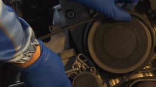Cómo sustituir la polea libre de un alternador