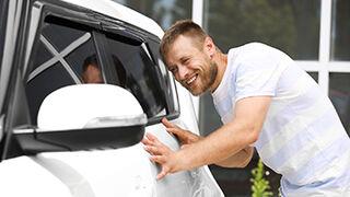 Los coches blancos son los que más pasan por chapa y pintura en España