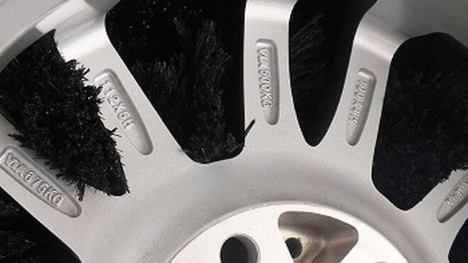 Un cepillo lavarruedas de Istobal limpia todas las ranuras de la llanta