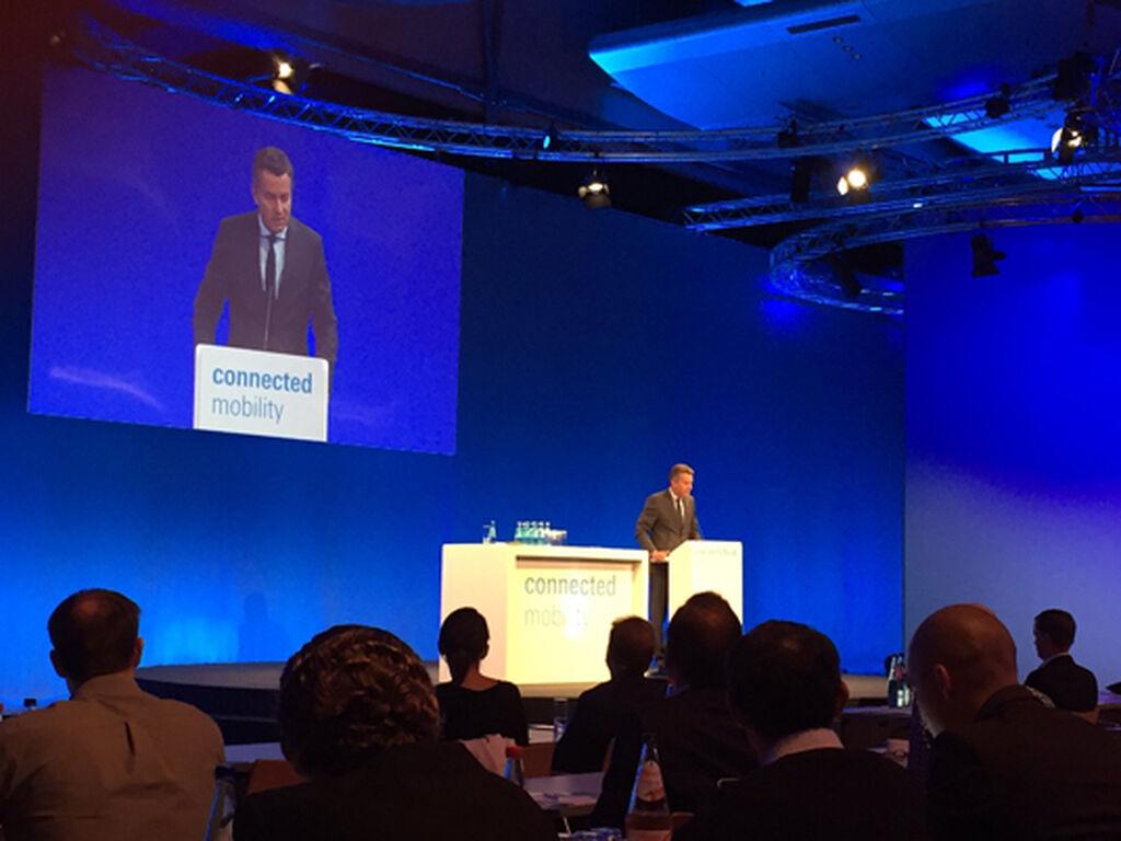 Detlef Braun, miembro del Consejo Ejecutivo de Messe Frankfurt, en la apertura de la conferencia sobre movilidad conectada.