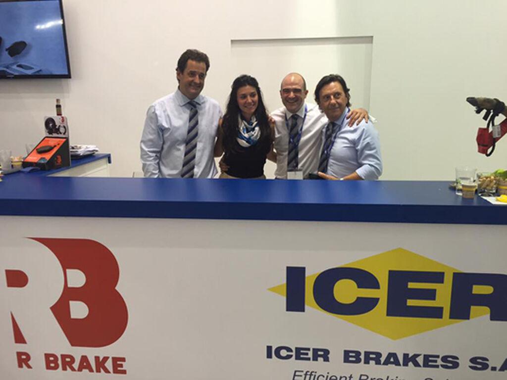 Parte del equipo de Icer Brakes, en su stand.