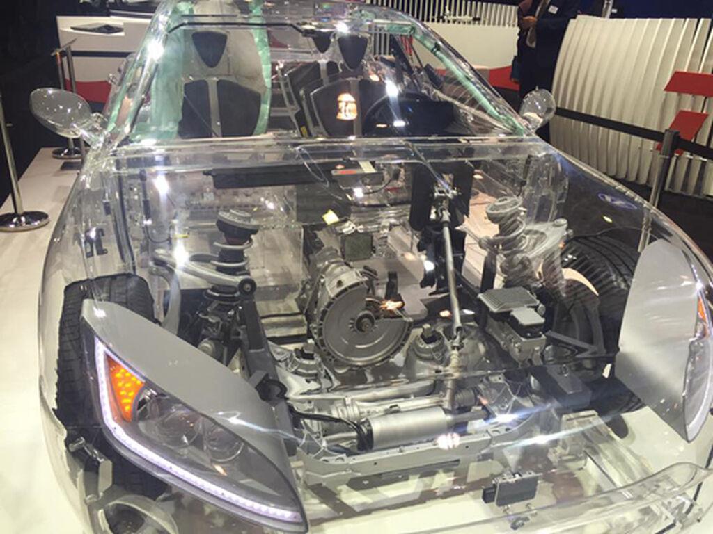 Un coche muestra los distintos recambios que fabrica ZF.