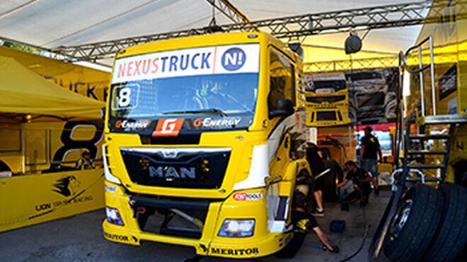 Urvi, en el GP de España de Camión con sus clientes