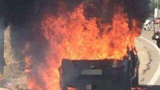Arde un coche recién salido del taller en Zaragoza