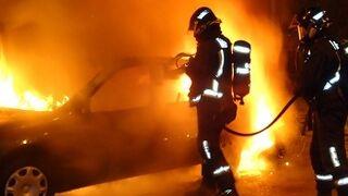 Cuatro coches calcinados tras incendiarse un taller en Granada