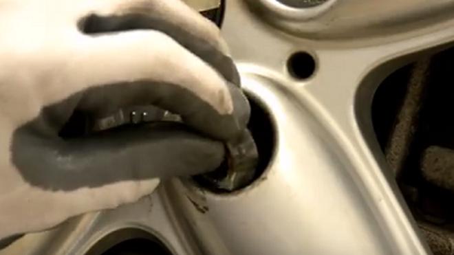 Cómo sacar un tornillo antirrobo de las ruedas
