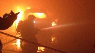 Tres coches quedan calcinados en el incendio de un taller