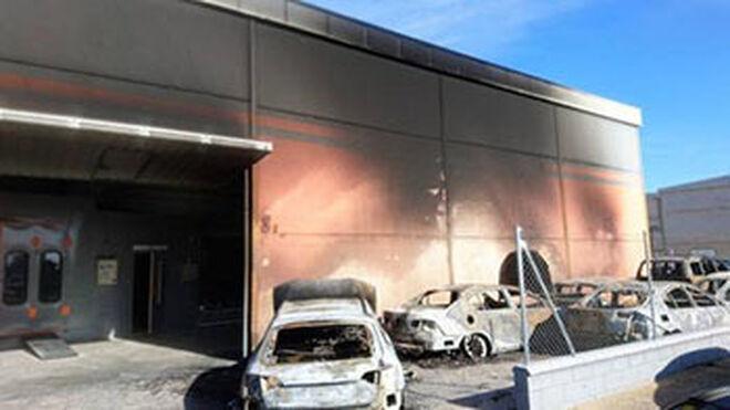 Siete vehículos calcinados por un incendio en un taller de Badajoz
