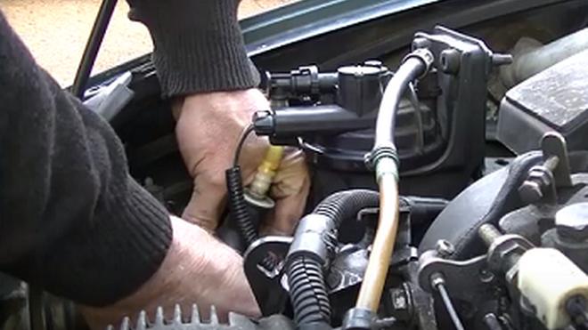 Cómo hallar una toma de aire en un circuito de combustible