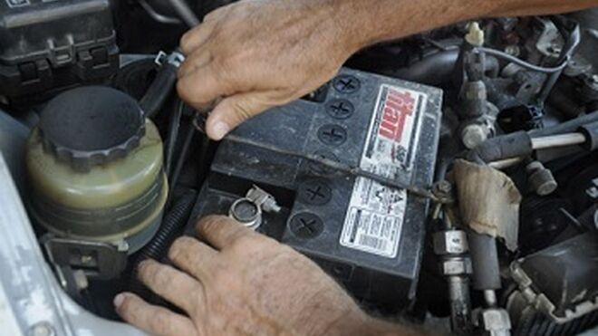 Investigan a dos personas por robar baterías usadas en talleres