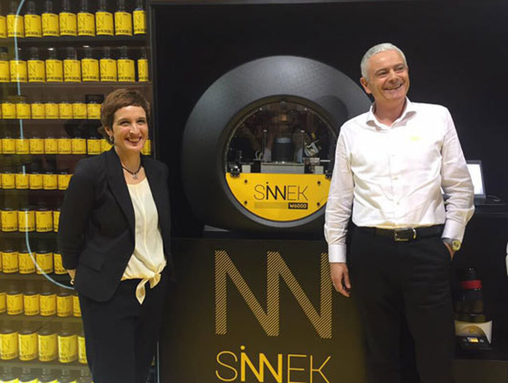 Amaia Mujika y Ernesto Ecenarro, en la presentación de Sinnek.