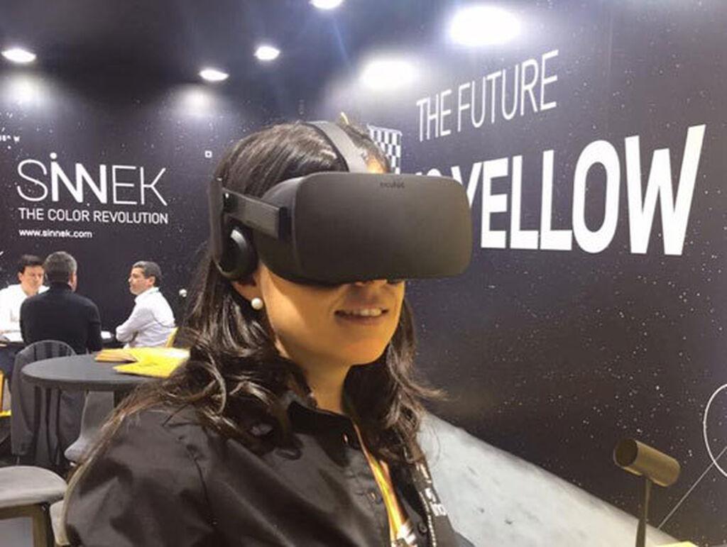 Mar Calderón descubriendo la realidad virtual de Sinnek.