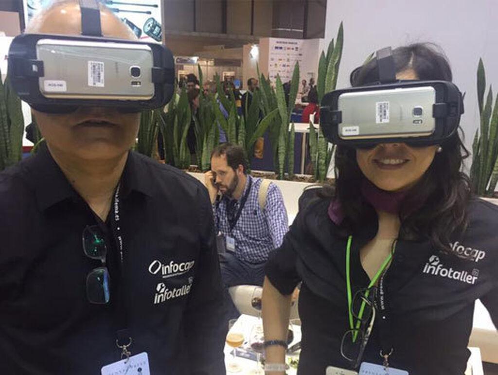 Ángel Palacios, de Infotaller, y Mar Calderón conociendo los almacenes de PRO Service a través de la realidad virtual.