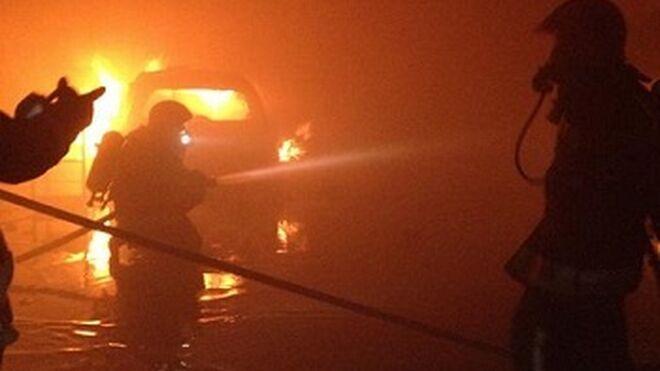 Dos coches quedan calcinados en el incendio de un taller