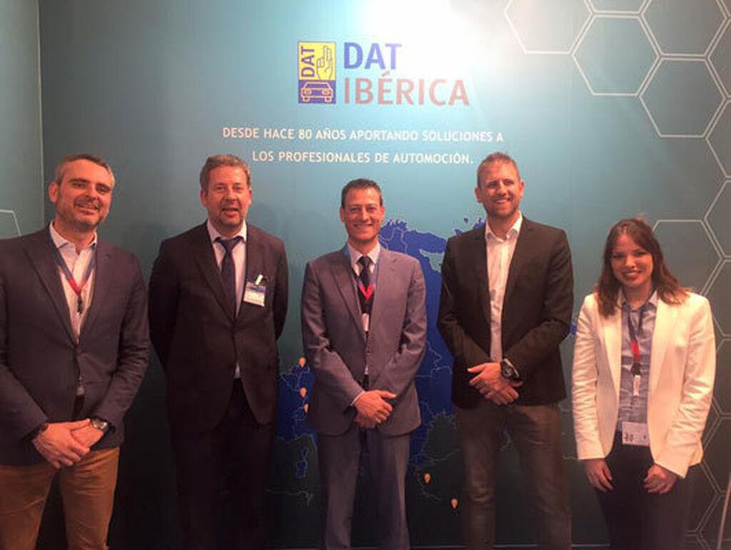 El equipo de DAT Ibérica en su stand en Motortec.