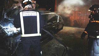 Calcinados varios vehículos al incendiarse un taller en Cuenca